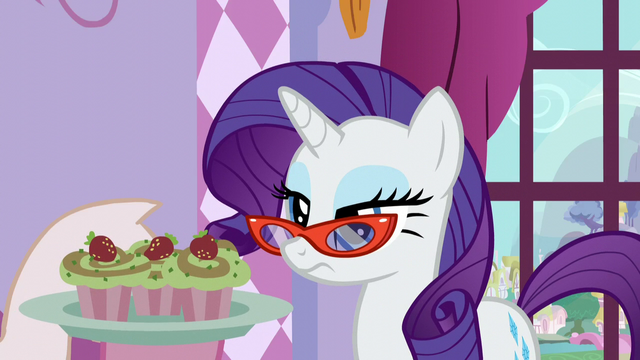 File:Rarity given cupcakes S5E14.png