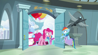Pinkie stops Rainbow from leaving S6E7