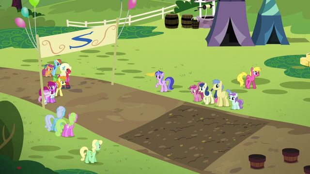 File:Sister teams line up for the race S5E17.png