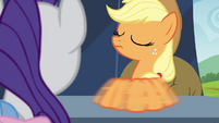 Applejack switching brooches back and forth S4E22