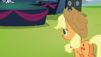 Applejack looking at Coloratura and Svengallop on the stage S5E24