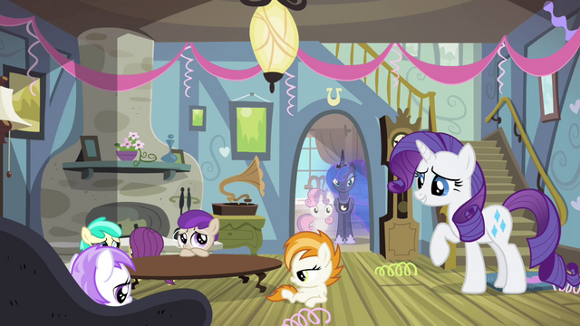 File:Rarity talking to bored foals S4E19.png
