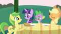 Apple Fritter places food on the table S1E01.png