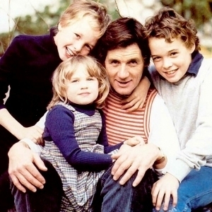 File:With his children Tom, Will, and Rachel.jpg