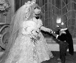 Kermit and piggy poser wedding