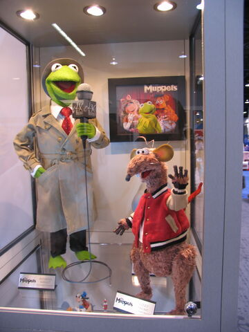 File:D23-eFX-Kermit-And-Rizzo.jpg