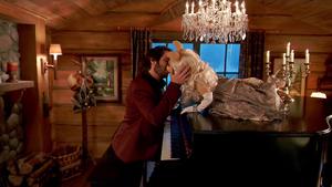 TheMuppets-S01E02-MissPiggy&JoshGroban-Kiss