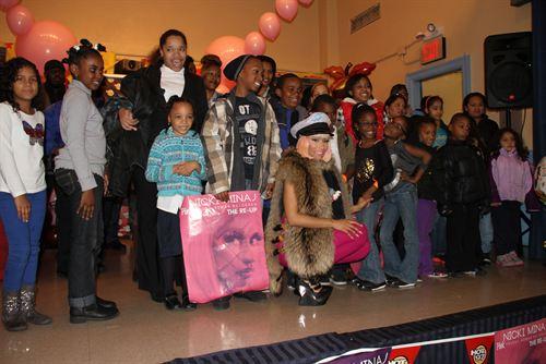 File:Nicki-minaj-hands-out-free-turkeys-to-her-old-school-in-queens19.jpg