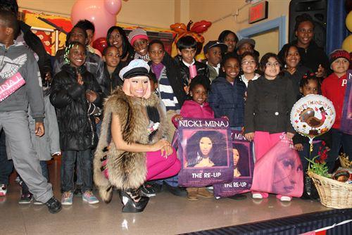 File:Nicki-minaj-hands-out-free-turkeys-to-her-old-school-in-queens4.jpg