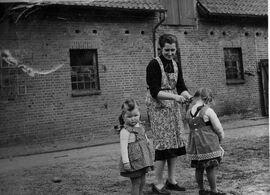 Margreta mit zwei ihrer Kinder.jpg