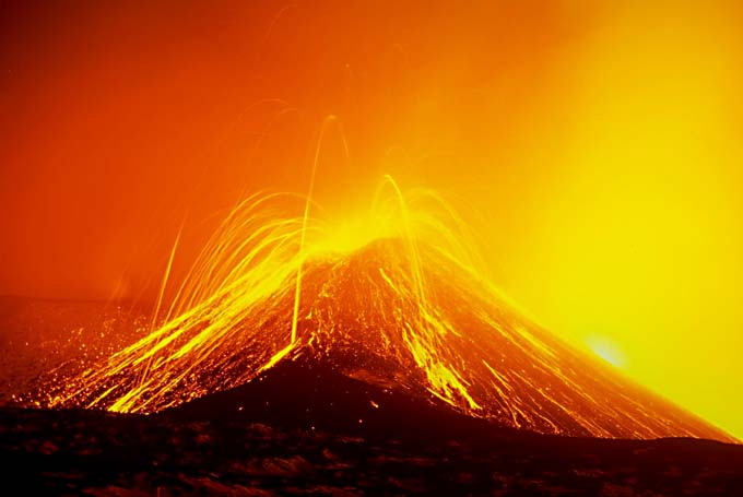 Eruption from Italy's Mount Etna volcano closes Catania airport ...