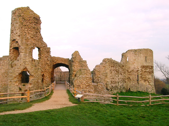File:Gatehouse ruins at Pevensey Castle.jpg