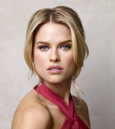 Alice Eve different color eyes