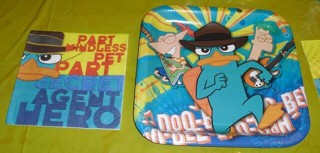 File:Hallmark 9 inch Agent P plate and napkin front.jpg