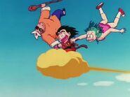 Goku leci z Bulmą i Żółwim Pustelnikiem