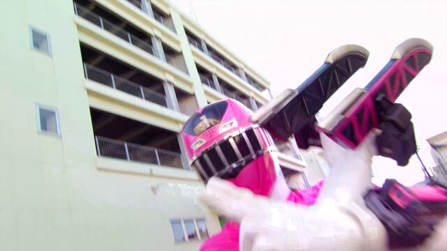 File:Kyoryuger vs. Go-Busters - ToQ 1gou Pink.jpg