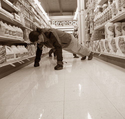 File:Crankin' out some pushups at heeb's grocery.jpg