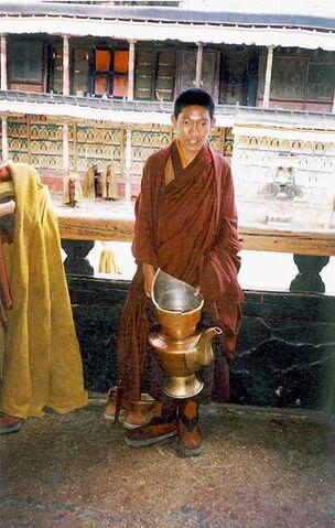 File:Novice monk with teapot. Tashilhunpo.jpg