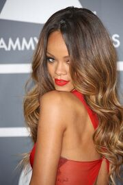 Rihanna-grammy2013