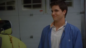 Fred Jones (Robbie Amell)