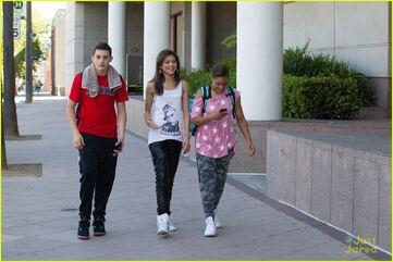 Zendaya-coleman-walking-wih-pals