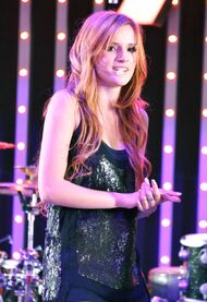 Bella-thorne-on-stage