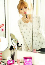 Bella-thorne-applying-lipstick-(2)