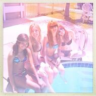 Bella-thorne-poolside-with-pals
