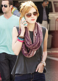 Bella-thorne-nobangs-onthephone