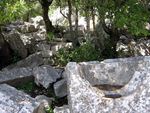 קובץ:שרידי מקדש בהר סנאים (1).JPG