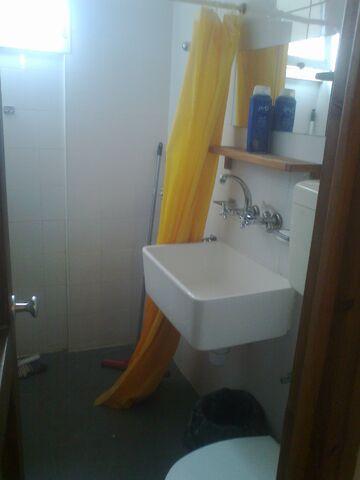 קובץ:מקלחת שירותים.jpg