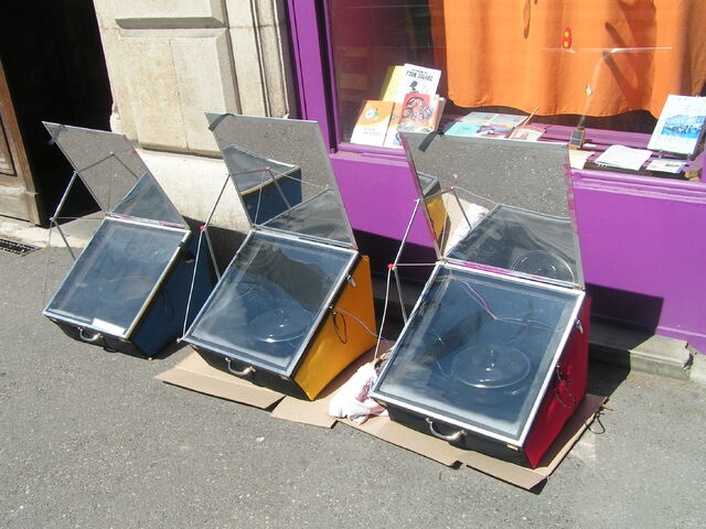 File:Fours solaires ULOG sun oven horno solar.jpg