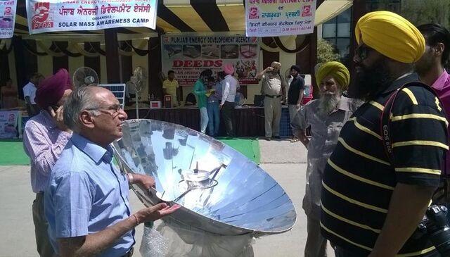 File:Sarvesh Chadda at solar cooking demonstration, 7-7-14.jpg