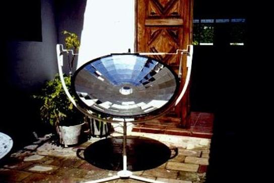 File:Bezera' solar cooker 6-25-10.jpg