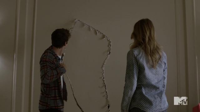 Datei:Teen Wolf Season 4 Episode 10 Monstrous Stiles wrecks the drywall.png