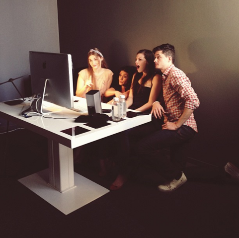 Datei:Teen Wolf Season 3 Behind the scenes Michael FjordbakHaley Webb Melissa Ponzio Holland Roden Jeff Davis office.png