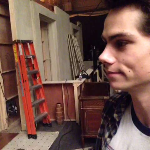 Datei:Teen Wolf Season 3 Behind the Scenes Dylan OBrien.png