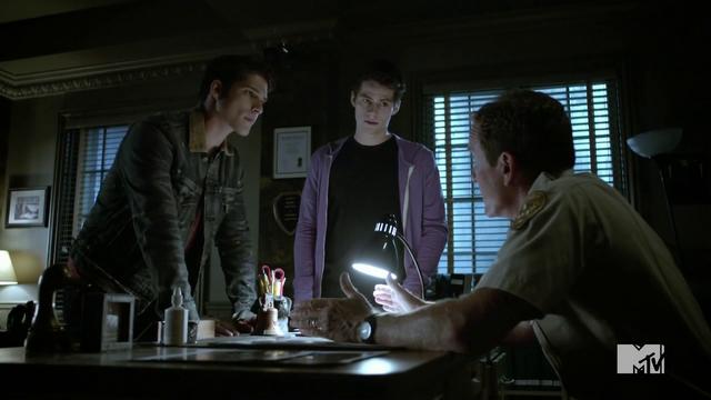 Datei:Teen Wolf Season 4 Episode 5 IED Scott Stiles Sheriff Debrief.png