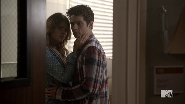 Datei:Teen Wolf Season 4 Episode 10 Monstrous Stiles and Malia door opens.png