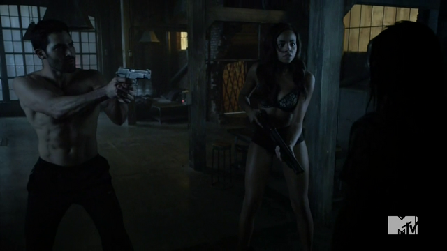 Datei:Teen Wolf Season 4 Episode 11 A Promise to the Dead Derek and Braeden armed.png