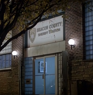 Datei:Teen Wolf Season 2 Beacon Hills Sheriff station.png