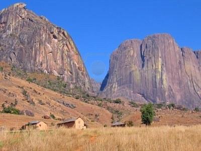 File:1677052-bergen-en-savanne--andringitra-park--madagaskar.jpg