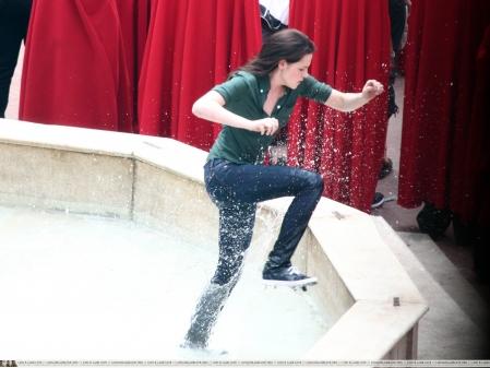 File:Bella-fountain.jpg