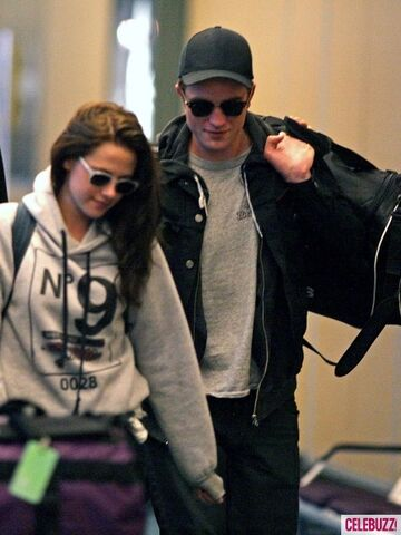 File:3Robert-Pattinson-Kristen-Stewart-050312--435x580.jpg