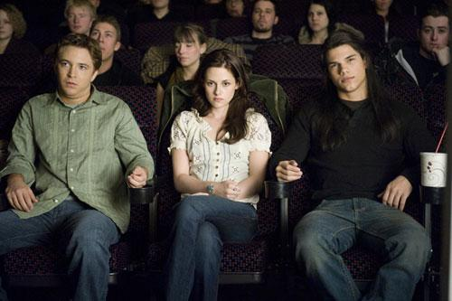 File:Jacob-bella-and-mike-movies-scene-in-new-moon.jpg