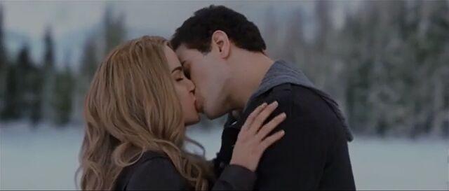 File:Emmett-rosalie-kiss-34023455526435634.jpg