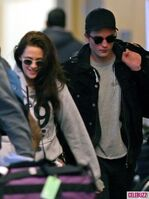 2Robert-Pattinson-Kristen-Stewart-050312--435x580