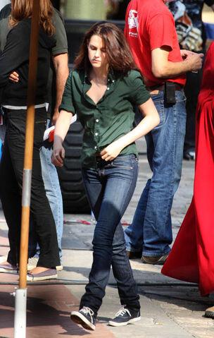 File:Kristen Stewart - Set of New Moon.jpg