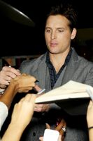 Peter Facinelli signs autographs for fans
