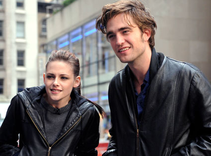File:Robert-pattinson-kristen.jpg